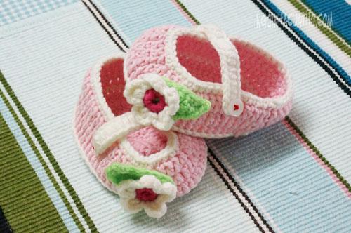 Cách móc giày cho bé gái từ 3-6 tháng tuổi